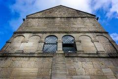 Закройте вверх исторической Saxon церков St Laurence в Bradofed на Эвон, Уилтшире, Великобритании стоковое изображение