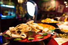 Закройте вверх итальянской еды aperitivo стиля, небольшое piadine с отпразднуйте счастливый час внутри бара на верхней части в ве стоковое изображение