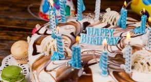 Закройте вверх ` ` литерности с днем рождения на домодельном именнином пироге Стоковые Фото