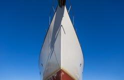 Закройте вверх лицевой стороны большого корабля в порте Стоковые Изображения