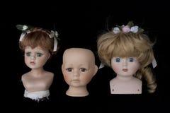 Закройте вверх и изолированные винтажные античные старые головы куклы Стоковое Изображение