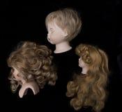 Закройте вверх и изолированные винтажные античные старые головы куклы Стоковые Изображения