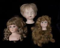 Закройте вверх и изолированные винтажные античные старые головы куклы Стоковое Фото