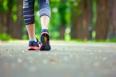 Закройте вверх идущих ботинок на дороге Стоковые Фотографии RF