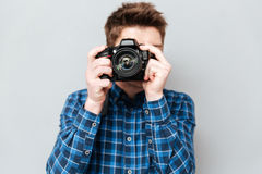 Закройте вверх камеры в man& x27; руки s стоковое изображение
