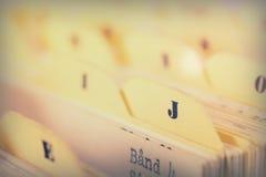Закройте вверх карточек алфавитного указателя в коробке стоковое фото rf