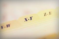 Закройте вверх карточек алфавитного указателя в коробке стоковая фотография