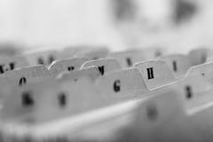 Закройте вверх карточек алфавитного указателя в коробке стоковое фото