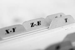 Закройте вверх карточек алфавитного указателя в коробке стоковое изображение