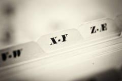 Закройте вверх карточек алфавитного указателя в коробке стоковое изображение rf