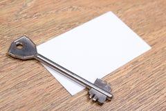 Закройте вверх карточки ключа и посещения металла на деревянном столе Стоковое Изображение RF