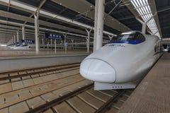 Закройте вверх китайского скорого поезда внутри заново раскрытой станции быстроходного поезда в Kunming Новый быстрый вокзал соед Стоковое Фото