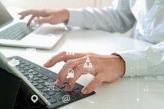 закройте вверх клавиатуры бизнесмена печатая с портативным компьютером и Стоковая Фотография RF