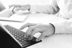 закройте вверх клавиатуры бизнесмена печатая с портативным компьютером и Стоковая Фотография