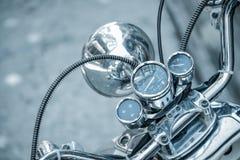 Закройте вверх классического мотоцикла shinny спидометр handlebar стоковое фото rf