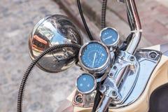Закройте вверх классического мотоцикла shinny спидометр handlebar стоковое фото