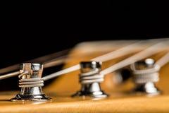 Закройте вверх кнопки настройки электрической гитары стоковое фото