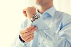 Закройте вверх кнопок крепления человека на рукаве рубашки Стоковое Изображение RF