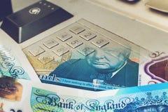 Закройте вверх кнопочной панели банкомата смешанной с примечанием 5 фунтов Стоковые Изображения
