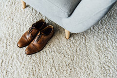 Закройте вверх кожаных ботинок Оксфорда на ковре Стоковая Фотография