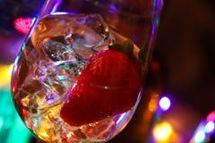 Закройте вверх коктейля с кубами клубники и льда стоковая фотография