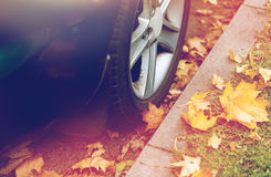 Закройте вверх колеса автомобиля и листьев осени Стоковые Фотографии RF