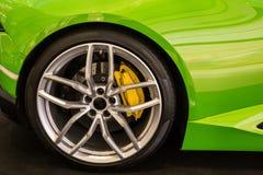 Закройте вверх колеса автомобиля на современном автомобиле Стоковые Фотографии RF