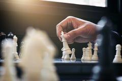 Закройте вверх коллег бизнесмена рук уверенно играя шахмат Стоковые Фотографии RF