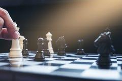 Закройте вверх коллег бизнесмена рук уверенно играя шахмат Стоковая Фотография