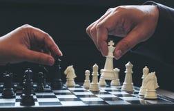 Закройте вверх коллег бизнесмена рук уверенно играя шахмат Стоковое Изображение RF