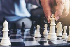Закройте вверх коллег бизнесмена рук уверенно играя шахмат Стоковые Фото