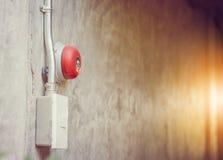 Закройте вверх колокола пожарной сигнализации на стене в общежитии, безопасность прежде всего conc стоковые фото