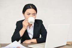 Закройте вверх коммерсанток выпивая кофе Стоковое Фото