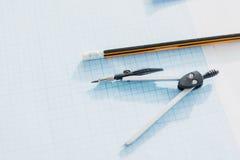 Закройте вверх компасов и карандаша офиса лежа на пустой светокопии Стоковое Изображение RF