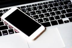 Закройте вверх компьютера клавиатуры с предпосылкой телефона и таблетки стоковые фото