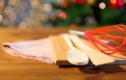 Закройте вверх комплекта kitchenware на деревянном столе Стоковые Фотографии RF