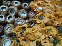 Закройте вверх коричневых tartlets сыра грибов и коз cheshunt младенца Стоковые Фото