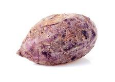 закройте вверх, который сгорели фиолетового батата на белой предпосылке Стоковое Фото