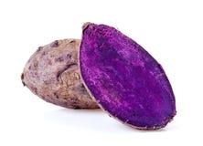 закройте вверх, который сгорели фиолетового батата на белой предпосылке Стоковые Изображения