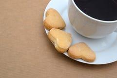Закройте вверх кофейной чашки и печений в форме сердца Стоковые Фото