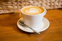 Закройте вверх кофейной чашки с чертежом формы сердца Стоковые Фотографии RF