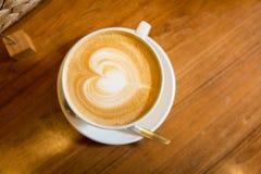 Закройте вверх кофейной чашки с чертежом формы сердца Стоковое Изображение RF