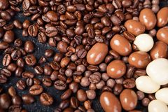 Закройте вверх кофейных зерен и арахисов в шоколаде Стоковые Изображения RF