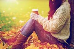 Закройте вверх кофе женщины выпивая в парке осени Стоковое Изображение RF