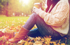 Закройте вверх кофе женщины выпивая в парке осени Стоковая Фотография RF