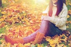 Закройте вверх кофе женщины выпивая в парке осени Стоковые Фото