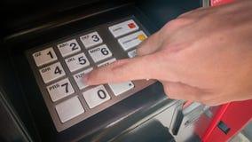Закройте вверх кода штыря руки входя в на старом банкомате стоковые изображения rf