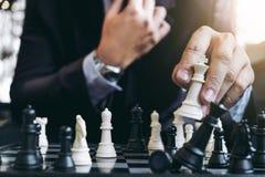 Закройте вверх коллег бизнесмена рук уверенно играя шахмат Стоковые Изображения RF