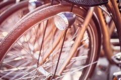Закройте вверх колеса велосипедов на автостоянке в городе Солнечный свет Sunsh Стоковая Фотография RF