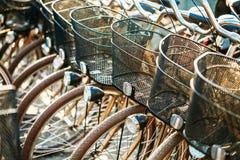 Закройте вверх колеса велосипедов на автостоянке в городе Солнечный свет Sunsh Стоковая Фотография